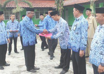 Kepala KUA Cimanuk H. Ayep Saepul Anwar menerima SK penetapan KUA teladan.