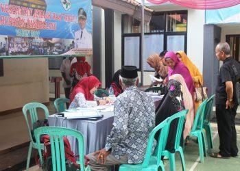 Petugas Dinas Kesehatan Kabupaten Pandeglang mendata jemaah yang akan divaksin.