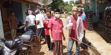 Kegiatan penyemprotan cairan desinfektan sekaligus penyuluhan oleh anggota PAI.