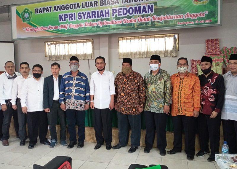 Kepala Kemenag Pandeglang H. Endang berfoto bersama dengan pengurus, pengawas KPRI Pedoman dan para undangan sesaat setelah pembukaan RALB.